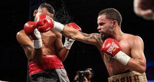 """Edgardo """"Eggie"""" Laboy Ortiz conecta una recta de derecha al rostro de su oponente."""