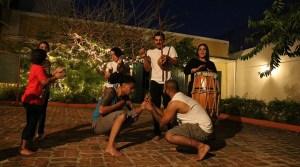 Laura Alvarado, Ricardo Mariani y Nerymar Pérez Rodríguez tocan la música, mientras Alexander Torres Santiago y Nedy Caraballo Planas se disponen a entrar en acción. (Voces del Sur)