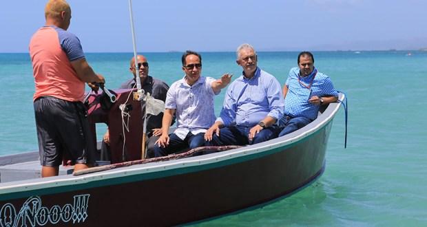 Al centro, el alcalde de Guánica, Santos Seda Nazario, y el senador Luis Berdiel Rivera durante la vista ocular. (Suministrada)