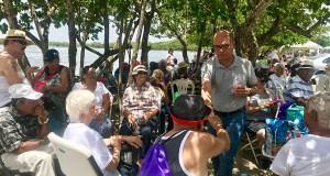 El alcalde de Santa Isabel, Enrique Questell Alvarado, saluda a varios participantes del programa Siempre Activos del DRD. (Suministrada)