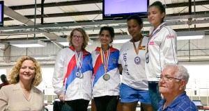 Yarimar Mercado, segunda de pie en el podio, ganó la medalla de oro. (Twitter / Comité Olímpico de Puerto Rico)