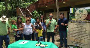 El alcalde Nelson Torres Yordán y los desarrolladores de la empresa Café Roig unieron esfuerzos para encaminar un proyecto agrícola en la estructura que una vez fue la Escuela Segunda Unidad Adela Franceschini.