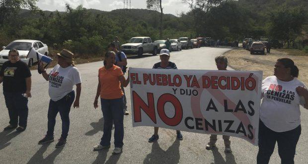 Integrantes del Campamento contra las cenizas de carbón bloquean el paso a los los vertederos Peñuelas Valley Landfill y Ecosystems.