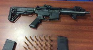 Llos oficiales encontraron un rifle calibre .233 con dos cargadores y 58 municiones del mismo calibre.