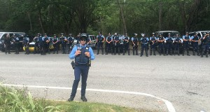 Policías desplegados en la carretera 385 en Peñuelas para permitir el paso de camiones con cenizas de carbón a los vertederos. (Voces del Sur)