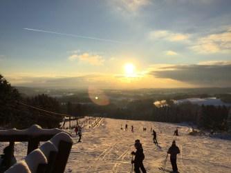 Zonsondergang boven de blauwe piste in Ovifat