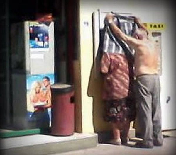 strange people at atm 07 10 Strangest People At ATMs