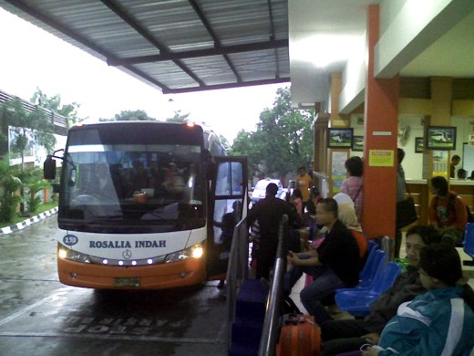 Suasana Agen Bus Rosalia Indah Solo 520x390 Hal yang Perlu Diketahui Sebelum Naik Bis AKAP