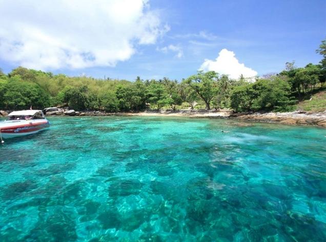 透き通る海が魅力のラヤ島
