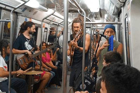 電車が即座にミュージシャンのコンサート会場