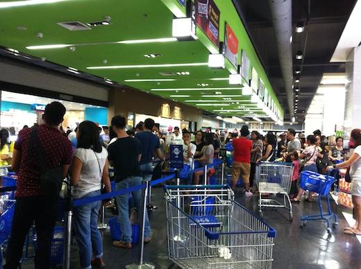 SMマーケットのレジ待ちの行列