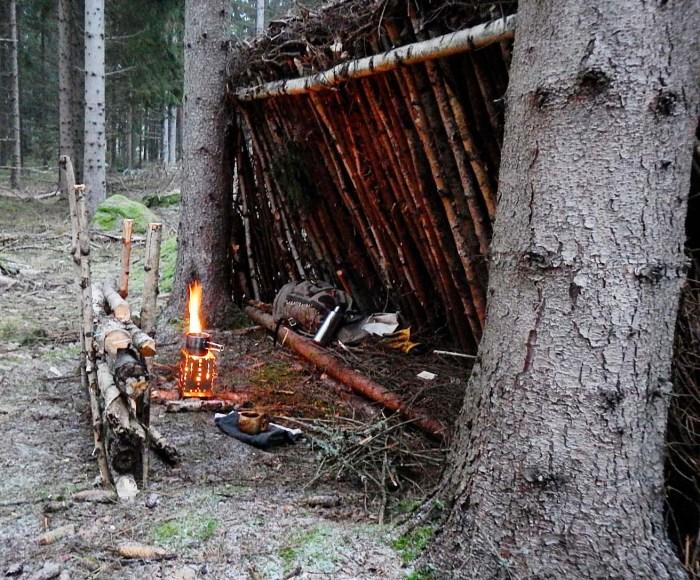 Lean to shelter, bzw. Laubdach oder Buschbiwak