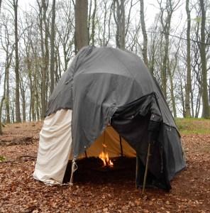 Wigwam: Gerüst aus Ästen gebogen und mit Zeltplanen gedeckt