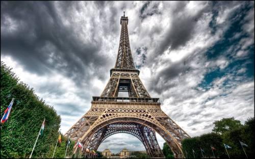 Medium Of Eiffel Tower Wallpaper