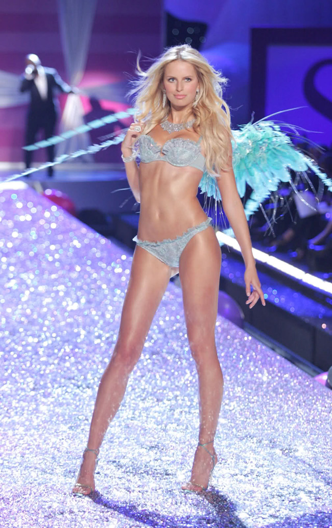 WTFSG-Karolina Kurkova at 2006 Victoria's Secret Fashion Show