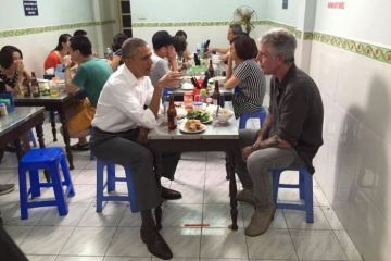 WTFSG_obama-chats-anthony-bourdain-over-us6-meal-hanoi