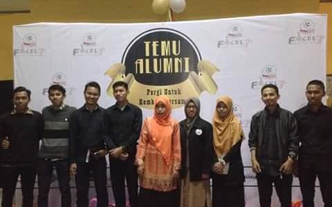 Foto bersama Ketua Jurusan Ekonomi Islam Rahmawati Muin dan Mega Octaviani, serta sejumlah alumni Forkeis di Gedung LPTQ beberapa waktu lalu.