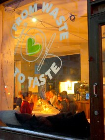 From Waste to Taste pop up -ravintolan ikkuna