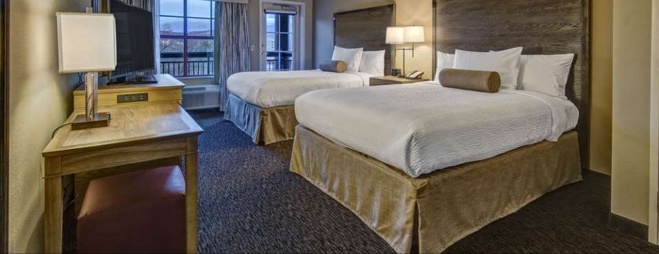 View of the Extended Double Queen room at the Black Fox Lodge in Pigeon Forge 960