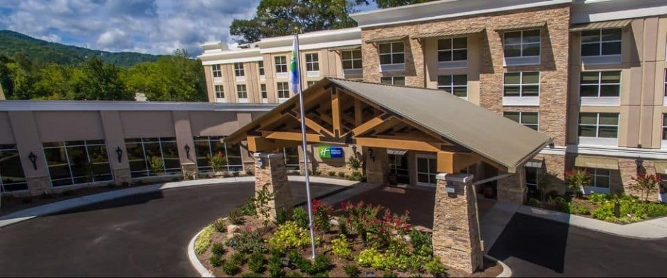 holiday-inn-express-gatlinburg-downtown-front-entrance-960