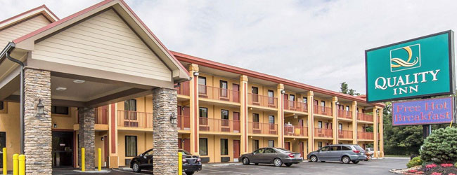 Quality Inn Parkway in Pigeon Forge Front Entrance wide