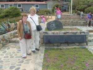 Con Montserrat del Amo ante la tumba de Pablo Neruda, en Isla Negra (Chile) 16 de febrero 2010