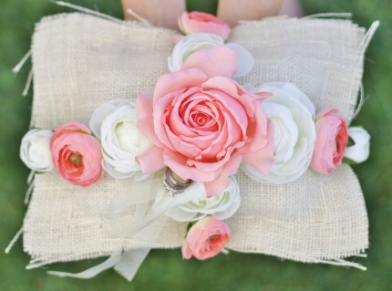 DIY Ring Bearer Pillow via weddingthingz.com