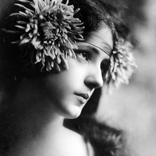 1900s beauty Evelyn Nesbit with a Chrysanthemum headband