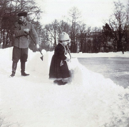 Nicholas II and his son clean snow in Alexander park.