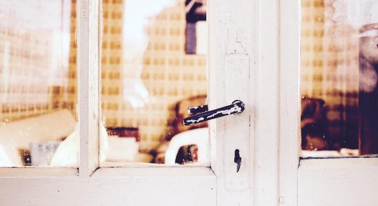 So ist das im Leben: Wenn sich eine Tür schließt, öffnet sich eine andere. Die Tragik liegt darin, daß wir nach der geschlossenen Tür blicken, nicht nach der offenen. - André Gide