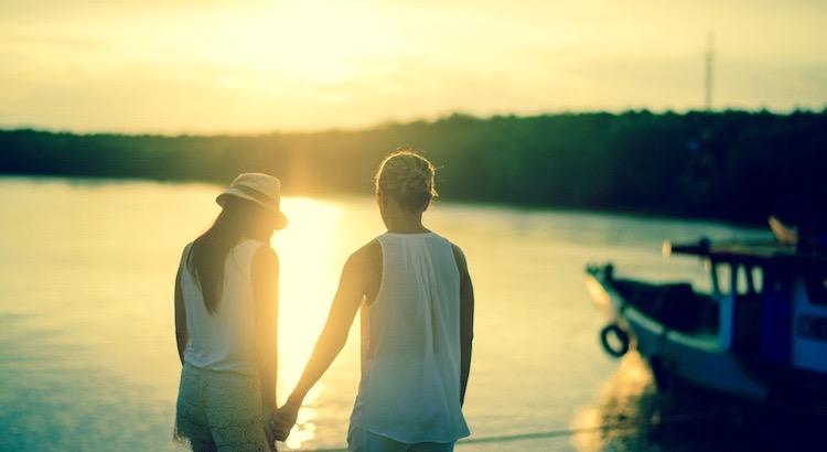 Weil mir dasUnwetter gleichgültig ist, weilmeine Probleme in Vergessenheit geraten, weilmir plötzlich Flügel wachsen, weilallein der Gedanke an Dich mich zum lächeln bringt und ich Glück versprühe –musst Du die Liebe sein. Freut mich Dich kennenzulernen. - Esragül Schönast