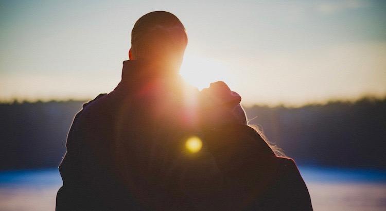 Wenn zwei sich auf den Weg machen, dann sind sie stärker als einer. Wenn einer müde ist, dann trägt ihn der andere. Wenn einer sich verirrt hat, reicht ihm der andere die Hand. Wenn einer die Hoffnung verliert, spricht ihm der andere Mut zu. Wenn zwei gemeinsam einen Weg gehen, dann gehen sie den Weg der Liebe.