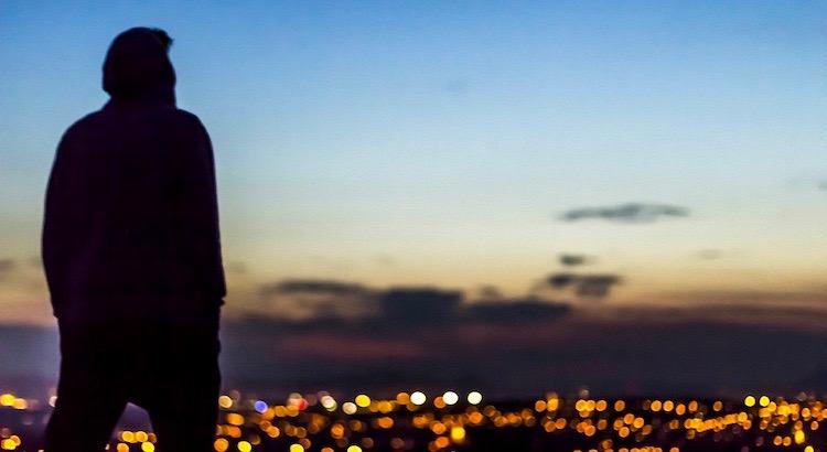 Ich dachte immer, das Schlimmste, was einem im Leben passieren kann, ist allein und einsam zu enden. Das ist es aber nicht. Das Schlimmste im Leben ist, mit Menschen zu enden, die einem das Gefühl geben, einsam zu sein. - Robin Williams