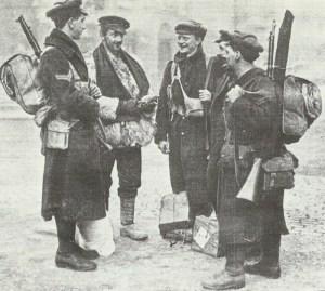 Gruppe britischer Soldaten mit der 'Graben-Mütze'