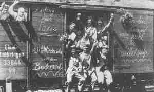 Deutsche Reservisten im Zug bei Kriegsbeginn