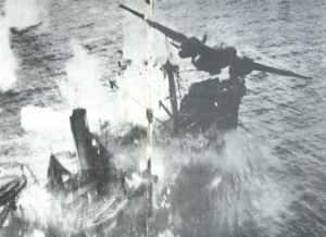 Tiefflug-Bombardierung  eines japanischen Frachters