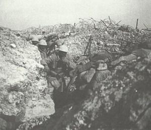 Französische Soldaten suchen Schutz in einem Graben