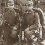 Zwei deutsche Soldaten mit ihren Mauser-Gewehren.