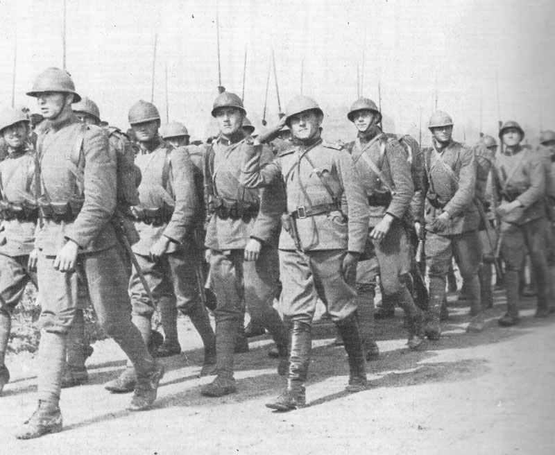 Männer vom Belgrader 'Eisernen Regiment' auf dem Marsch