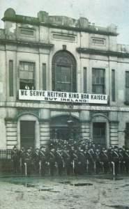 Bürgerwehr paradiert vor der Liberty Hall in Dublin