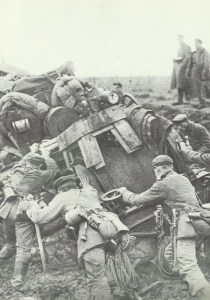 Mühsamer Vormarsch einer deutschen Felld-Luftschiffer-Abteilung