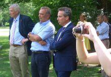 Vor Ort: v.l. Karl-Heinrich Sümmermann, Werner Kolter, Peter Zahmel, im Hintergrund Werner Overwaul und Dörte Knauf vom Vorstand der Bürgerstiftung.