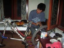 自転車修理中