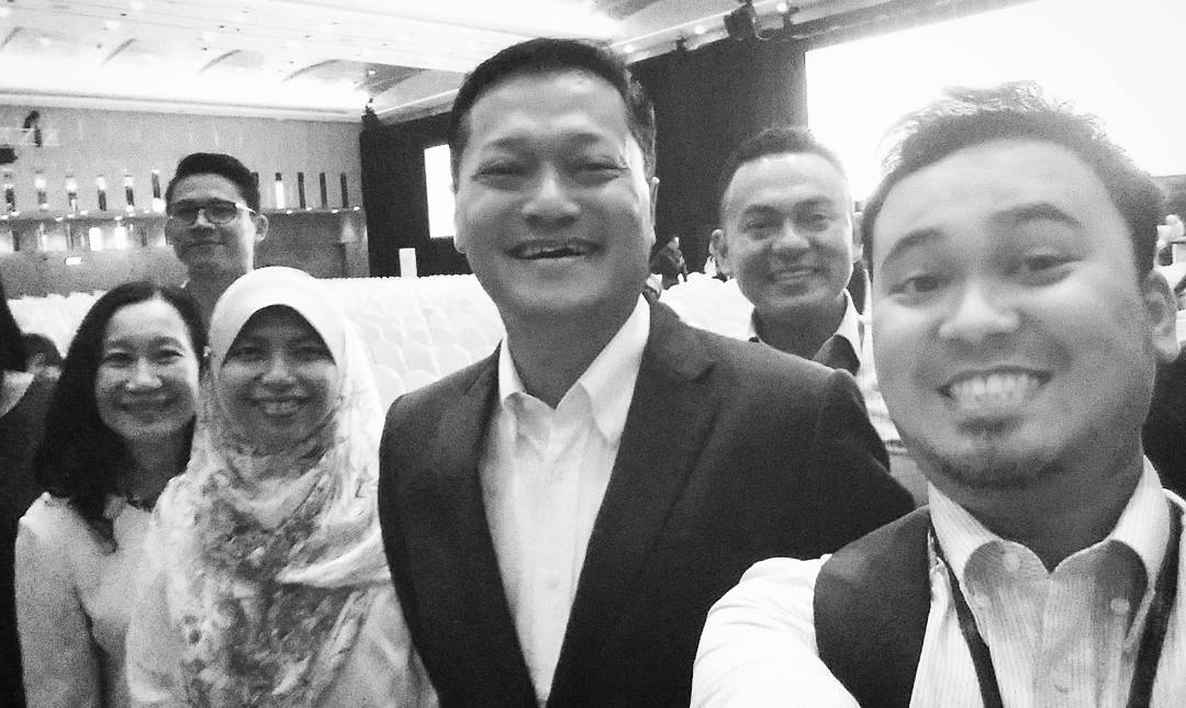 Photographer lambat snap, kita selfie dulu la Datuk.