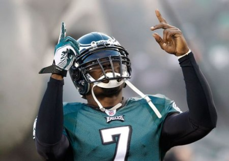 (Photo: Reuters / Tim Shaffer) Philadelphia Eagles quarterback Michael Vick takes the field to play the Green Bay Packers in their NFC Wild Card NFL playoff football game in Philadelphia, January 9, 2011.
