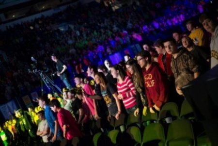(PHOTO: DARE 2 SHARE) Thousands of teens attend a Dare 2 Share conference in 2013.