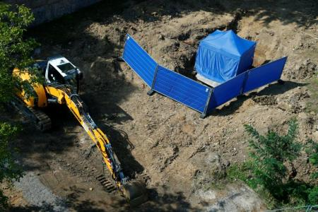 A tent covers the area around an unexploded British World War Two bomb which was found during renovation work on the university's campus in Frankfurt, Germany, September 1, 2017. REUTERS/Ralph Orlowski