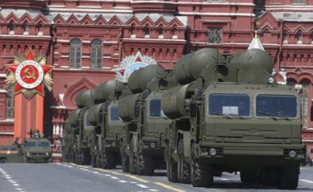 Russian S-400 Triumph medium-range and long-range surface-to-air missile systems drive during the Victory Day parade at Red Square in Moscow, Russia, May 9, 2015. REUTERS/Sergei Karpukhin