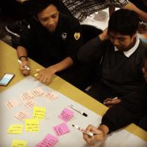 Belajar Sprint Design: mahasiswa di kelas saya sedang mempelajari sebuah metode problem solving dan prototyping cepat yang diinspirasi oleh Google Sprint method.