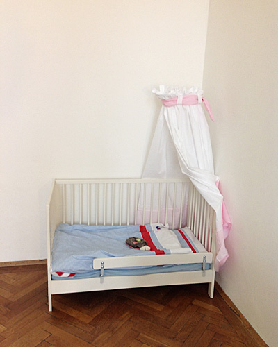 Kinderbett mit Betthimmel